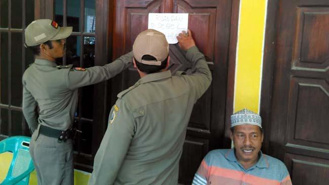 Protes Pelantikan Kades, Warga Desa Sukomulyo Gresik Segel Ruang Kerja Kades