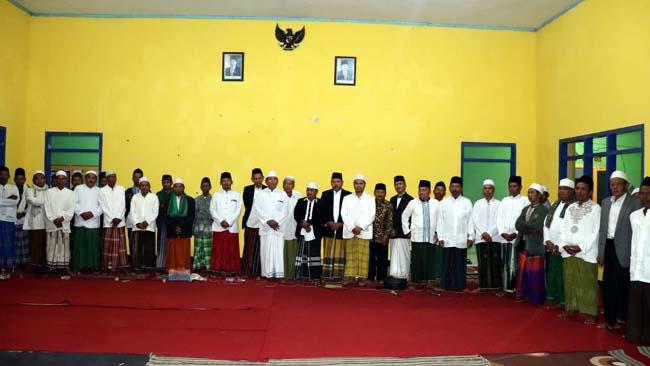 BERSAMA : Foto bersama warga Ringinsari, tokoh masyarakat dan tokoh agama. (sur)