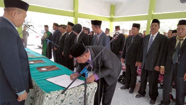 34 anggota BPD dari 6 desa, dilantik Camat Krembung Drs. Abdul Muid M.Si di pendopo Kecamatan (gus)