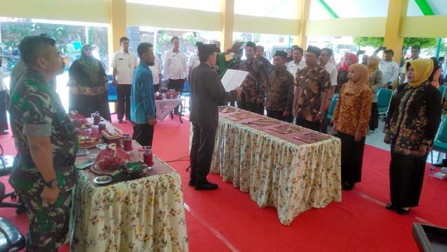 Camat Jabon Mokhamad Azis Muslim S.Sos pada acara pengambilan sumpah anggota BPD 5 Desa Kecamatan Jabon. (gus)