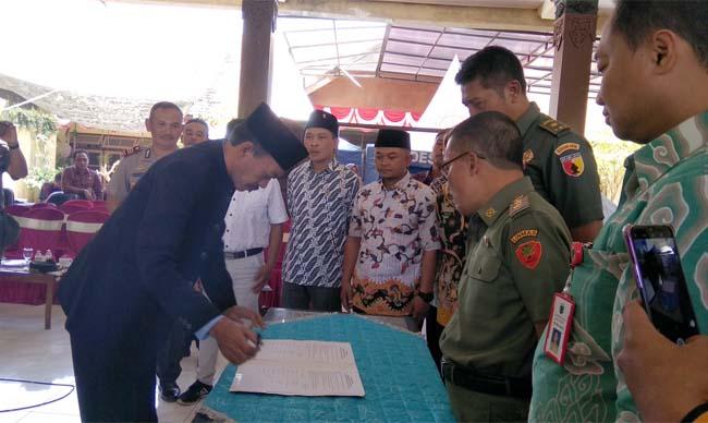 Sepakat : Bertempat di Pendopo Kecamatan Junrejo, Kamis (13/9/2019) 9 Cakades dari 3 desa di Kecamatan Junrejo menandatangani kesepakatan damai sambut Pilkades Serentak 2019 yang dilangsungkan 2 Oktober 2019 mendatang