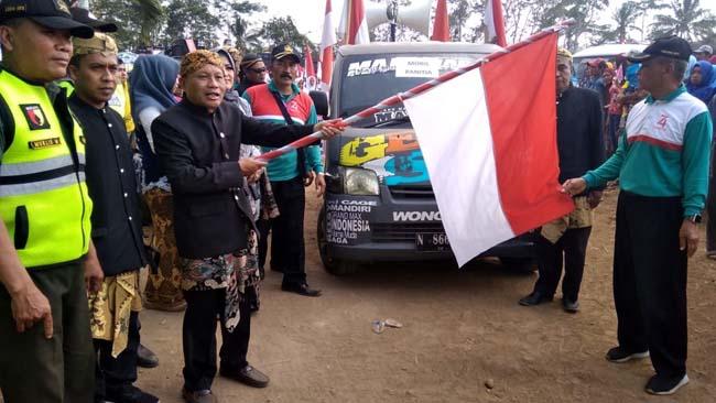 Pelepasan peserta oleh Kepala Desa Klepu Suwanto (H Mansyur Usman/Memontum.Com)