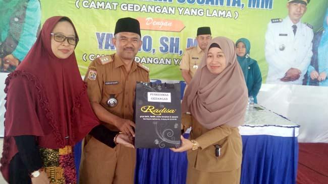 Drs.H.Sugeng Hari Susanta MM saat menerima cenderamata dari puskesmas Kecamatan Gedangan. (H.Mansyur Usman/Memontum.Com)