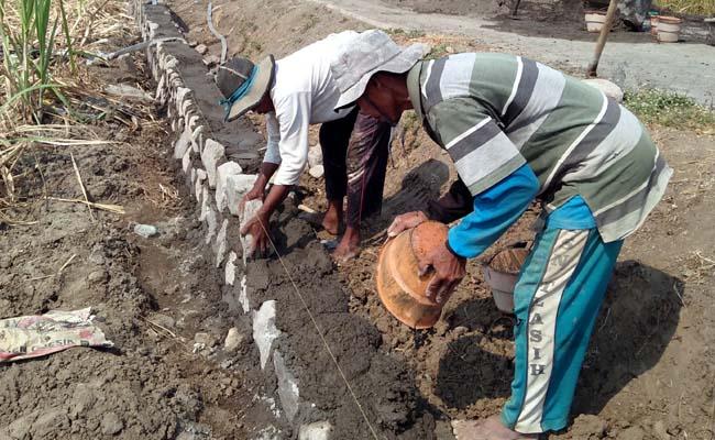 Pembangunan tembok penahan tanah Jalan alternatif di Desa Grinting Kecamatan Tulangan. (par)